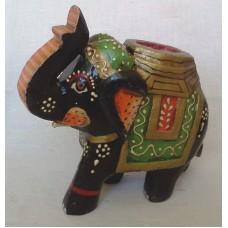 Слон раскрашенный с поднятым хоботом, зеленый