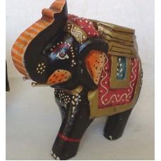 Слон раскрашенный с поднятым хоботом, красный