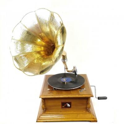 Граммофон механический из светлого дерева