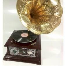 Граммофон декорированный камнем